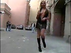 Blonde tiener houdt van publieke naaktheid