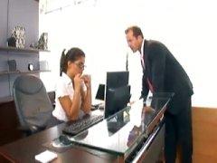 Secretaresse met een bril geneukt in kousen en jarretelles gordel