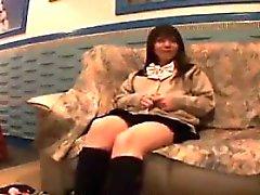 Abbagliante adolescente giapponese ha un giocattolo erotico facendo di lei pantie di colore rosa
