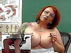 Stora barbröstad Redhead lärare leksaker hennes muff