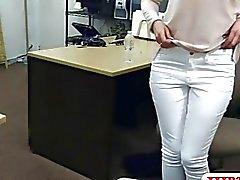 Reizvolle Hausfrau von böse Spielfigur Kerl im Hinterzimmer ausgestopfte