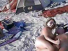 Swingers desvergonzados en la playa desnuda