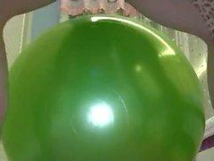 Chinese Schritt Mutter und Sohn spielen Ball