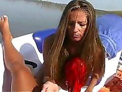 La muchacha que desgasta bikini en un barco da un Masturbación con la mano La satisfacción