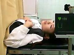 médico Kinky aprovecha la oportunidad de enterrar a su polla dentro de una TI