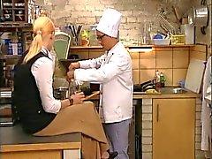 Hete Italiaanse blonde geneukt in de keuken
