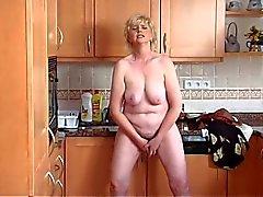 Oma solo in de keuken
