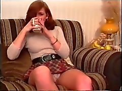 En amatör tjej visar upskirt och sedan dricker te ( MrNo )