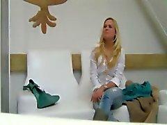 Geile blondie neuken in beide vagina's