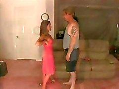 Schattige brunette stelt in haar jurk en krijgt haar voeten likte