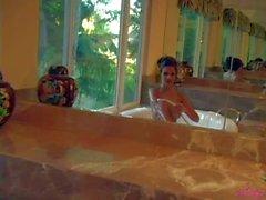 Brunette nu humide d'Andie Valentino avec le fuselage parfait met en valeur - Pornsharing vidéoclip nus