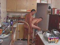 Latinos culo follando y cumming en la cocina