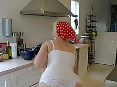 Chubby chick in wit slipje keuken sex
