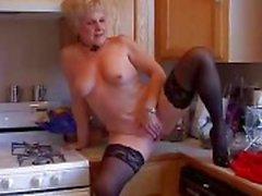 Zeer sexy oma heeft een kletsnatte kut