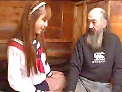 Un adolescente japonés feliz viejos