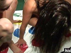 Des filles sexy aiment jouer à twister nues