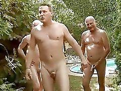 Drie jongens neuken en pist op sexy meisje