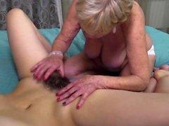 Kinky lesbiennes mature a des relations sexuelles avec un enfant poilu chaud