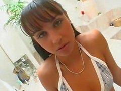 Latina adolescente petite chupa folla y toma grande de la cara llena de esperma!