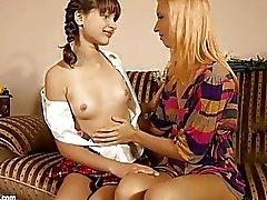 digitación chica con chica besos