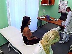 Dell'infermiera strofina enormi tette dei paziente in azienda falso