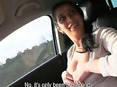Adolescente de Amateur Lucía enjabonada y se enrosca en un coche