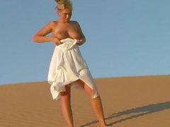 Kurvenreich vollbusige Teen Babe zeigt Naturschätzen auf Sanddünen aus