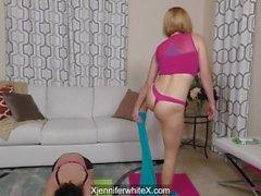 Krissy Lynn y Jennifer se ponen blancas y sucias durante la sesión de yoga