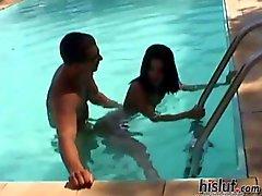 Amanda werd genomen van achter in het zwembad