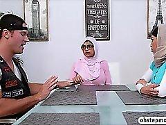 Adolescenza musulmana ragazzo viene sedotto