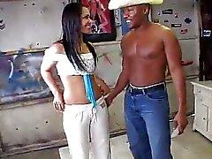 Geneukt door een zwarte Man In A Garage