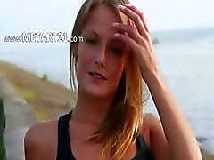 Mooie tiener toont haar lichaam op het strand