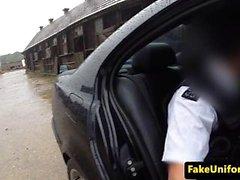 El adolescente británico rompió el analista por el oficial de policía