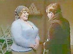 Pojken suger MILF stora bröst