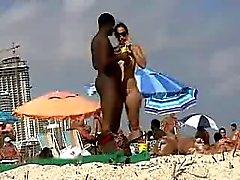 Sexy wit meisje dating zwarte man op naakt strand