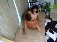 Une MILF asiatique sous la douche et une branlette espagnole