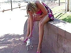 Ftv girlShannonlovely blondin gående med sin hund och onanerar offentligt