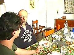 hete italiaanse mature geniet twee lullen op een tafel