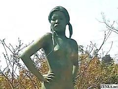 En levande naken kvinnlig japansk trädgård staty