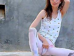 очаровательной дробеструйное упрочнение супер тощей девушкой