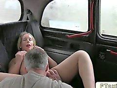 Blonde babe jodida en un taxi de