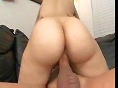 Sasha Grey muestra su culo y toma una duro jodido profundo