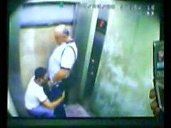 Pai e filho pego fudendo no elevador