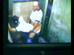 Dad und Sohn gefangen fucking in Aufzug
