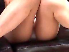 Asiático MILF posa en el sofá en su ropa interior leyendo un sc