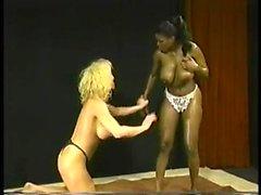 Sesso anale interrazziale vintage con 1 cagna bionda procace