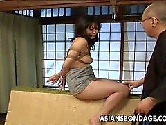Amarrado Asian babe fica espancado e dildo fodido