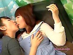 Timida della ragazza asiatica Kissed ottenere le sue tette Rubbed sul divano