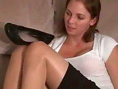 Secretaresse stinkende voeten na het werk JOI