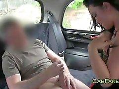 Jätkä syö ja vittuile ajeltu pillu taksi